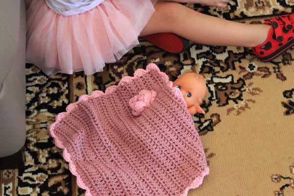 Free crochet pattern doll blanket | Veggie Mama