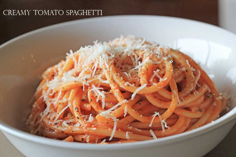 Creamy Tomato Spaghetti (with a little chilli kick!) - a great 10-minute lunch // www.theveggiemama.com
